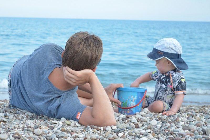 entspannter-urlaub-papa-baby-kleinkind-meer-spielen