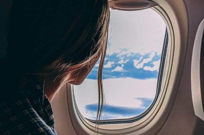 Flugzeug-CO2-Ausstoß-Emission-kompensieren-ausgleichen-Klimagas-Flugzeugfenster-Pexels