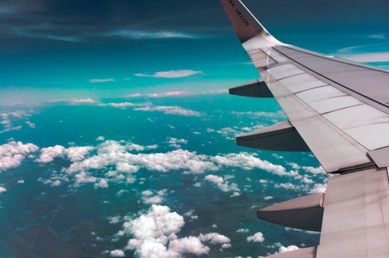 Flugzeug-CO2-Ausstoß-Emission-kompensieren-ausgleichen-Klimagas-Tragfläche-Wolken-Pexels