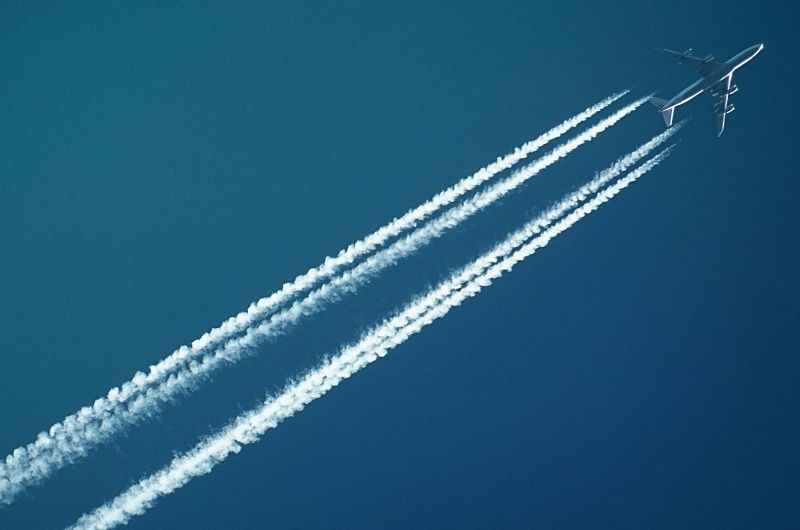 Flugzeug-kondensstreifen-treibhausgase-nachhaltig-reisen-pexels-sevenstorm-juhaszimrus-728824