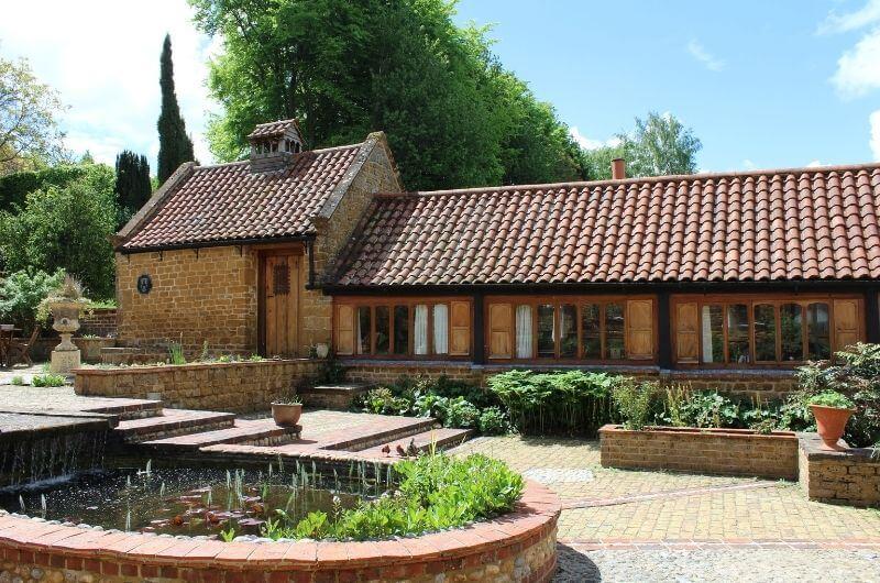 Heath-Farm-Cottages-Urlaub-Cotswolds-England-UK-Familienurlaub-mit-Kindern-nachhaltig-eco-tourism-innenhof-brunnen