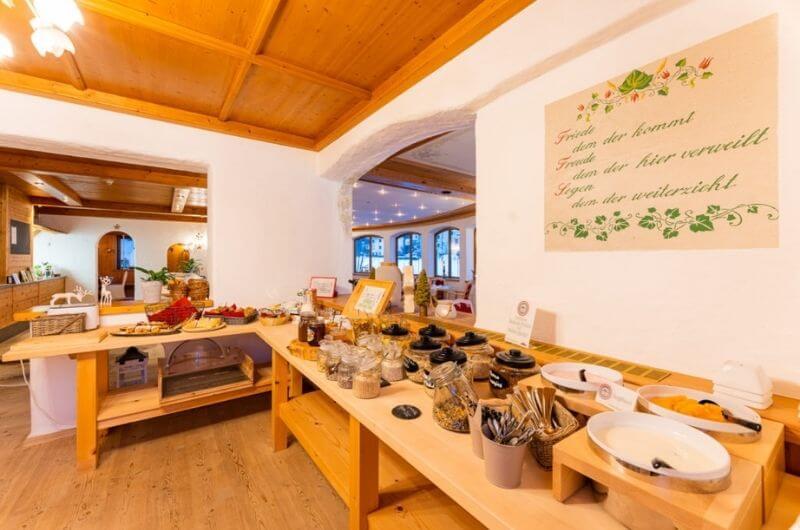 Frühstücksbuffet-Hotel-Frohnatur-Familienhotel-Tirol-Österreich-Garni-nachhaltiger-Urlaub-stylish-Kinder-Familie-Familienurlaub-Ferien-Eco-Bio