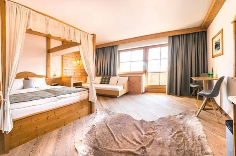 Himmelbettzimmer -2-Hotel-Frohnatur-Familienhotel-Tirol-Österreich-Garni-nachhaltiger-Urlaub-stylish-Kinder-Familie-Familienurlaub-Ferien-Eco