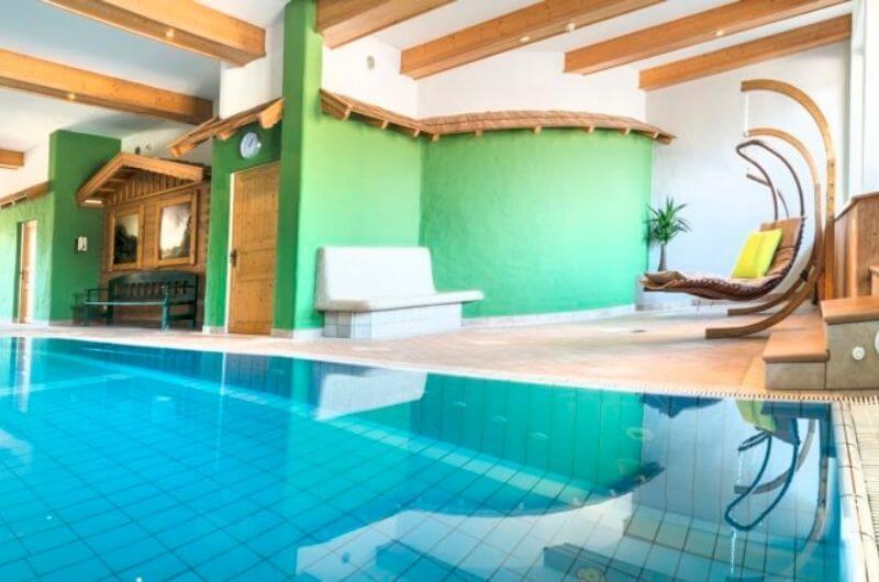 Indoor-Pool-Schwimmbad-Hotel-Frohnatur-Familienhotel-Tirol-Österreich-Garni-nachhaltiger-Urlaub-stylish-Kinder-Familie-Familienurlaub-Ferien-Eco