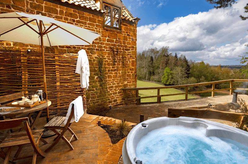 Jacuzzi-Heath-Farm-Cottages-Landhaus-Urlaub-Cotswolds-England-UK-Familienurlaub-mit-Kindern-nachhaltig-eco-tourism