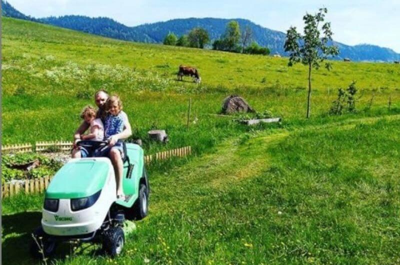 Traktor-fahren-Hotel-Frohnatur-Familienhotel-Tirol-Österreich-Garni-nachhaltiger-Urlaub-stylish-Kinder-Familie-Familienurlaub-Ferien-Eco