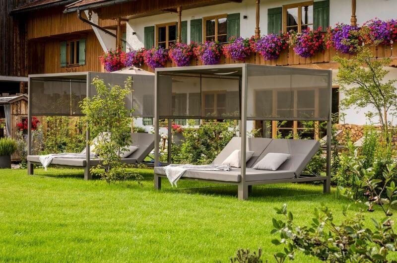 Daybed-Garten-chalet-hussnhof-ferienwohnung-4-personen-bauernhofurlaub-mit-kindern-baby-bayern-wellness-sauna-spielplatz-nachhaltig-holz-luxus-bauernhaus-tölzer-land