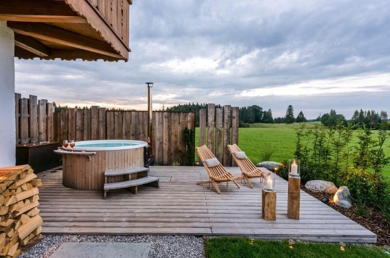 Outdoor-Spa-Hot-tub-Jacuzzi-holzzuber-chalet-hussnhof-ferienwohnung-4-personen-bauernhofurlaub-mit-kindern-baby-bayern-wellness-sauna-spielplatz-nachhaltig-holz-luxus-bauernhaus-tölzer-land