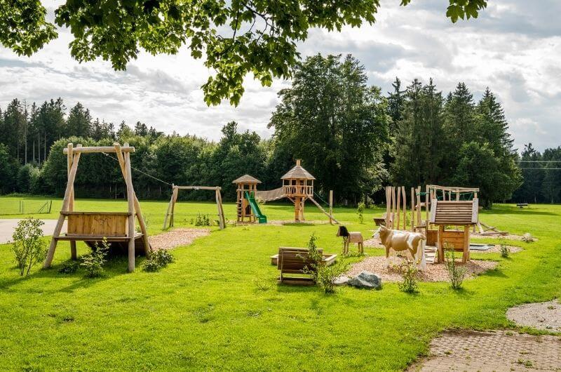 Spielplatz-Erlebnis-seilbahn-chalet-hussnhof-ferienwohnung-4-personen-bauernhofurlaub-mit-kindern-baby-bayern-wellness-sauna-spielplatz-nachhaltig-holz-luxus-bauernhaus-tölzer-land
