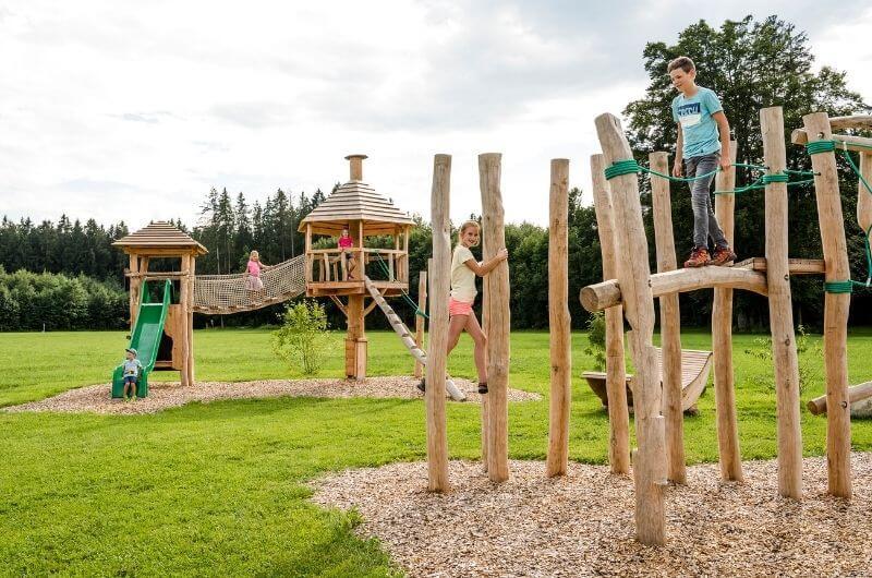 Spielplatz-Kletterparcours-chalet-hussnhof-ferienwohnung-4-personen-bauernhofurlaub-mit-kindern-baby-bayern-wellness-sauna-spielplatz-nachhaltig-holz-luxus-bauernhaus-tölzer-land