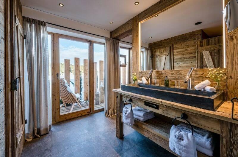 doppelwaschbecken-bad-chaletstil-chalet-hussnhof-ferienwohnung-4-personen-bauernhofurlaub-mit-kindern-baby-bayern-wellness-sauna-spielplatz-nachhaltig-holz-luxus-bauernhaus-tölzer-land