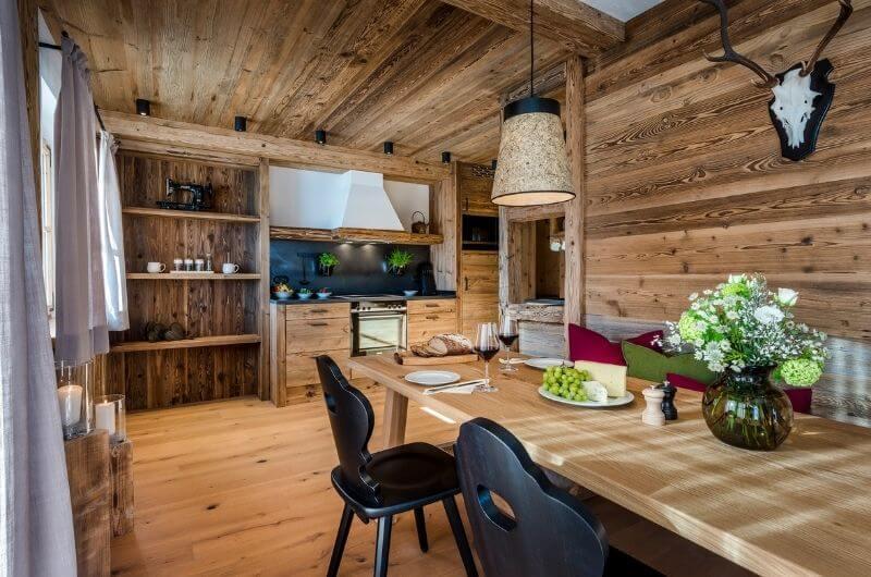 esstisch-chaletstyle-chalet-hussnhof-ferienwohnung-4-personen-bauernhofurlaub-mit-kindern-baby-familie-bayern-wellness-sauna-spielplatz-nachhaltig-holz-luxus-bauernhaus-tölzer-land