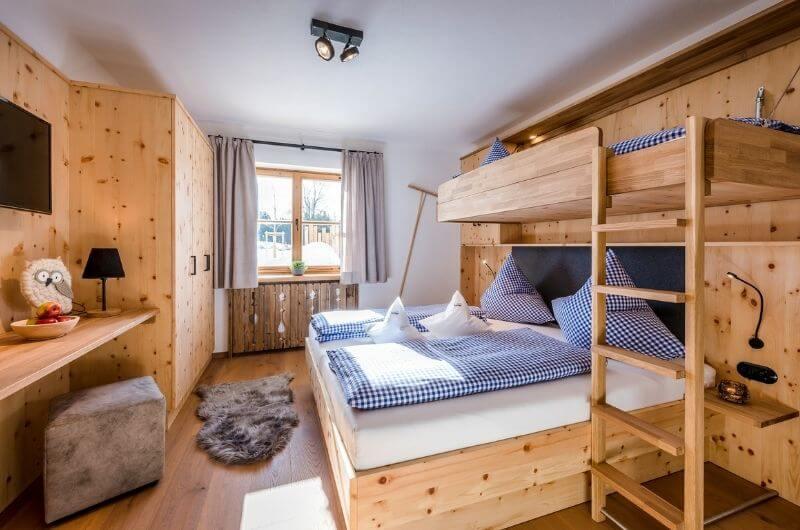 familien-stockbett-hochbett-eltern-hussnhof-ferienwohnung-4-personen-bauernhofurlaub-mit-kindern-baby-bayern-wellness-sauna-spielplatz-nachhaltig-stylish-luxus-bauernhaus-tölzer-land