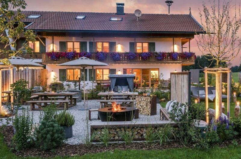 grillschale-grillplatz-hussnhof-ferienwohnung-4-personen-bauernhofurlaub-mit-kindern-baby-familie-bayern-wellness-sauna-spielplatz-nachhaltig-stylish-luxus-bauernhaus-tölzer-land