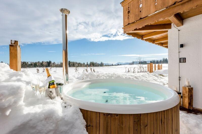 hot-tub-im-schnee-holzzuber-hussnhof-ferienwohnung-4-personen-bauernhofurlaub-mit-kindern-baby-bayern-wellness-sauna-spielplatz-nachhaltig-stylish-luxus-bauernhaus-tölzer-land