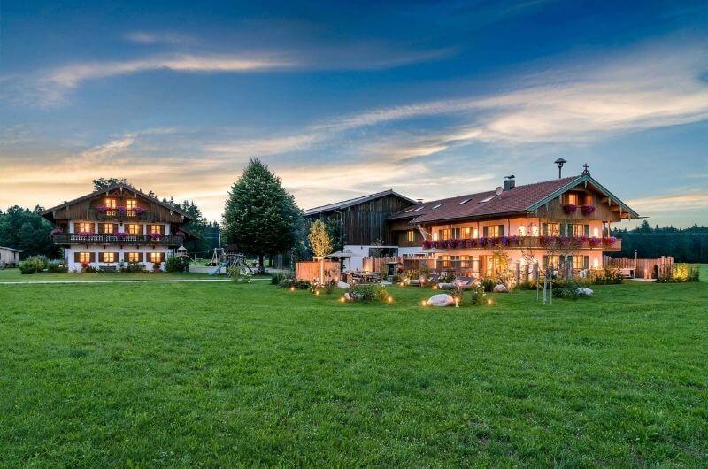 hussnhof-außenansicht-bauernhofurlaub-mit-kindern-bayern-wellness-sauna-spielplatz-nachhaltig-stylish-luxus-bauernhaus-tölzer-land