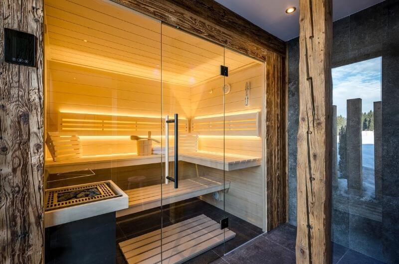 privatsauna-holz-hussnhof-ferienwohnung-4-personen-bauernhofurlaub-mit-kindern-baby-bayern-wellness-sauna-spielplatz-nachhaltig-holz-luxus-bauernhaus-tölzer-land