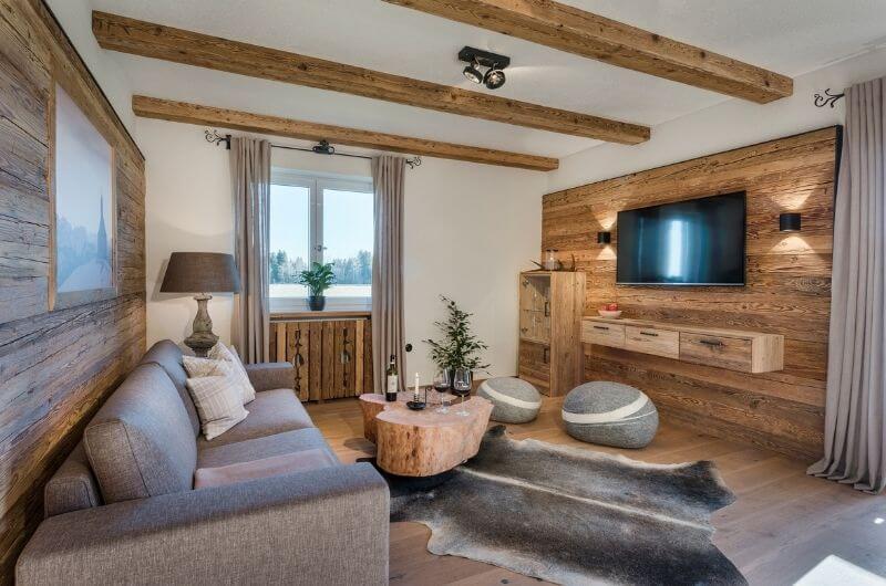 wohnzimmer-rustikal-modern-hussnhof-ferienwohnung-4-personen-bauernhofurlaub-mit-kindern-baby-bayern-wellness-sauna-spielplatz-nachhaltig-holz-luxus-bauernhaus-tölzer-land