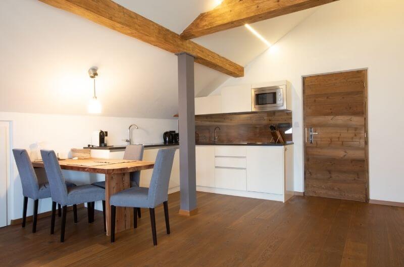 Essbereich-Stöckler-Hof-Südtirol-Ferienwohnung-neu-auf-dem-bauernhof-familienfreundlich-lana-bei-bozen-nähe-meran-nachhaltig-mit-pool-kinder-baby-frühstück-fewo-4-personen-lamas-bergen