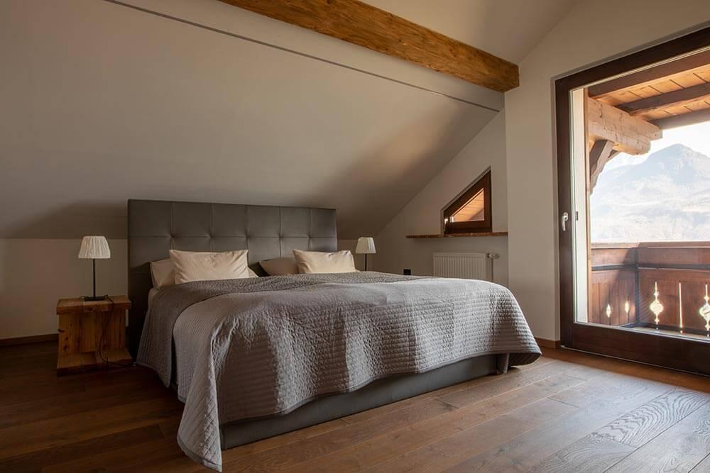 Meraner-Suite-Schlafzimmer-Stöckler-Hof-Urlaub-mit-Kind-im-Meraner-Land-Südtirol-mit-Pool-Bauernhof-Ferienwohnung-neu-modern
