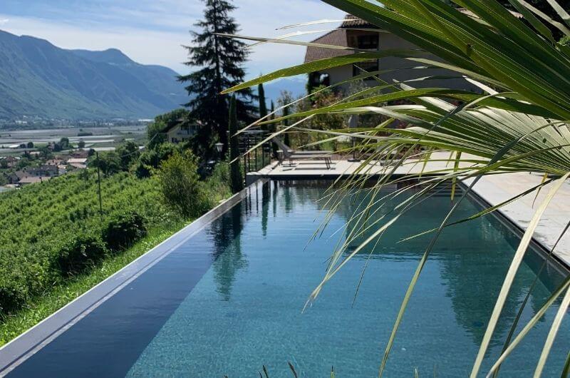 Pool-Palmen-Südtirol-Ferienwohnung-neu-auf-dem-bauernhof-familienfreundlich-lana-bei-bozen-nähe-meran-umgebung-kinder-baby-frühstück-lamas-bergen-nachhaltig-stylish-stöckler-hof