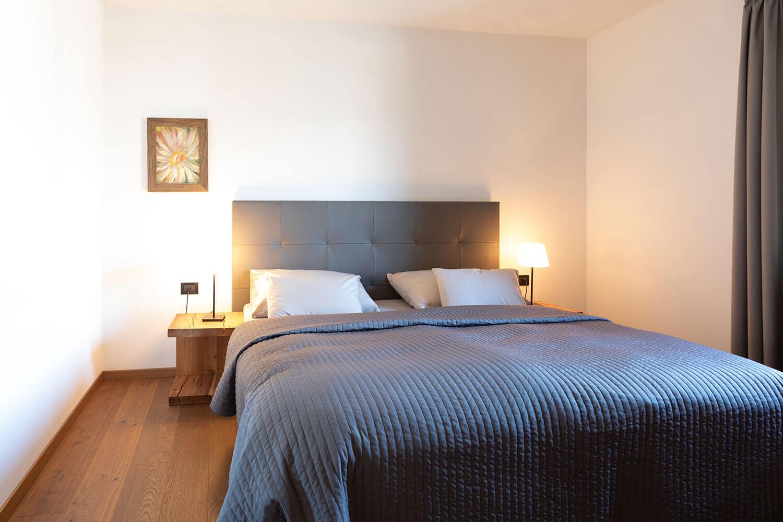 Schlafzimmer-Margarethen-Stüberl-Stöckler-Hof-Südtirol-Urlaub-familie-mit-Kind-baby-Nähe-Bozen-Meran-nachhaltig-Ferienwohnung