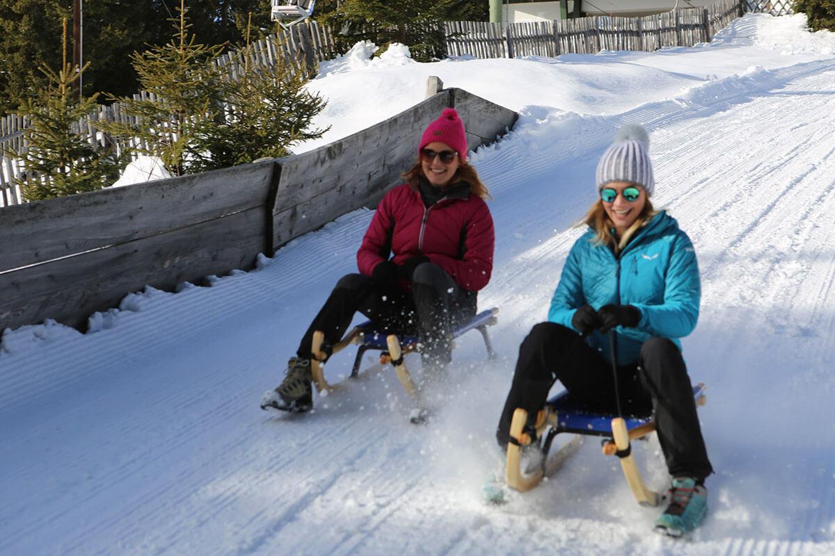 Schlitten-fahren-Rodeln-Skiurlaub-Südtirol-Ferienwohnung-familienfreundlich-lana-bei-bozen-nähe-meran-umgebung-mit-pool-kinder-baby-Stöckler-Hof-8-personen-bergen-nachhaltig
