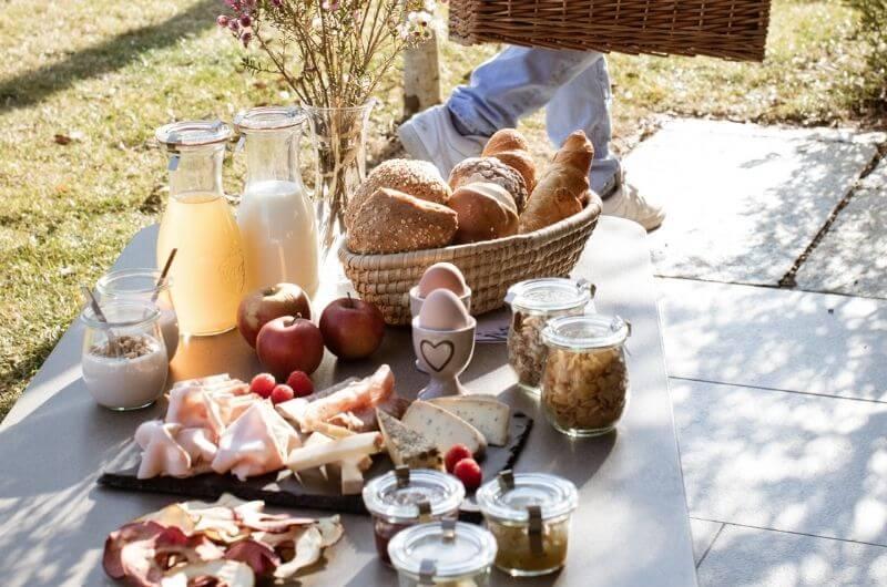 frühstück-Südtirol-Ferienwohnung-neu-auf-dem-bauernhof-stöckler-hof-lana-bei-bozen-nähe-meran-umgebung-mit-pool-kinder-baby-fewo-4-personen-lamas-bergen-nachhaltig-stylish