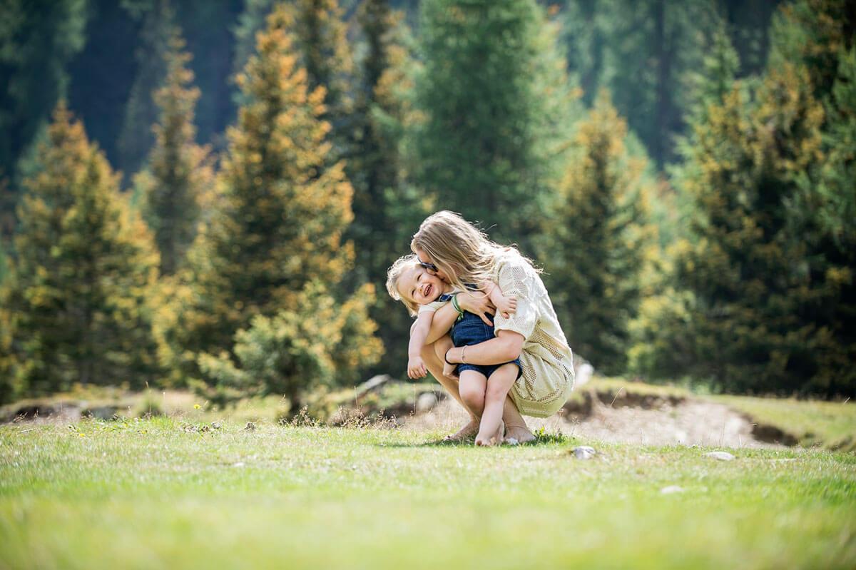 mama-kind-naturkulisse-wald-Südtirol-Ferienwohnung-neu-auf-dem-bauernhof-familienfreundlich-lana-bei-bozen-nähe-meran-umgebung-mit-pool-kinder-baby-frühstück-fewo-4-personen-stöckler-hof