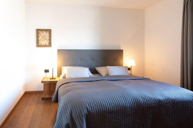 schlafzimmer-Südtirol-Ferienwohnung-neu-auf-dem-bauernhof-familienfreundlich-lana-bei-bozen-nähe-meran-stöckler-hof-mit-pool-kinder-baby-frühstück-fewo-4-personen-lamas-bergen-nachhaltig