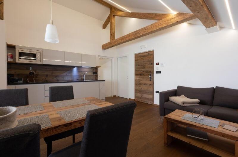 wohnküche-modern-Südtirol-Ferienwohnung-neu-auf-dem-bauernhof-familienfreundlich-lana-bei-bozen-nähe-meran-umgebung-mit-pool-kinder-baby-frühstück-fewo-4-personen-lamas-bergen-nachhaltig