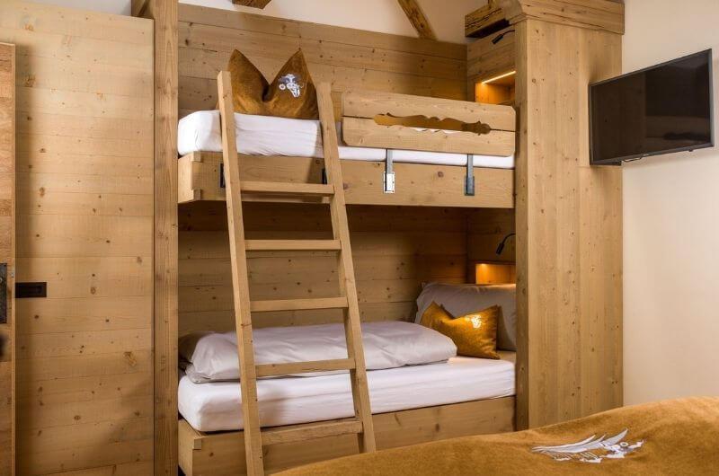 Stockbett-im-modernen-Alpenchic-Holz-Örlerhof-Winter-Schnee-Urlaub-auf-Bauernhof-Ferienwohnung-Wellness-Sauna-Skiurlaub-mit-Kind-Baby-Familie-nachhaltig-Dolomiten-Kronplatz-familienfreundlich