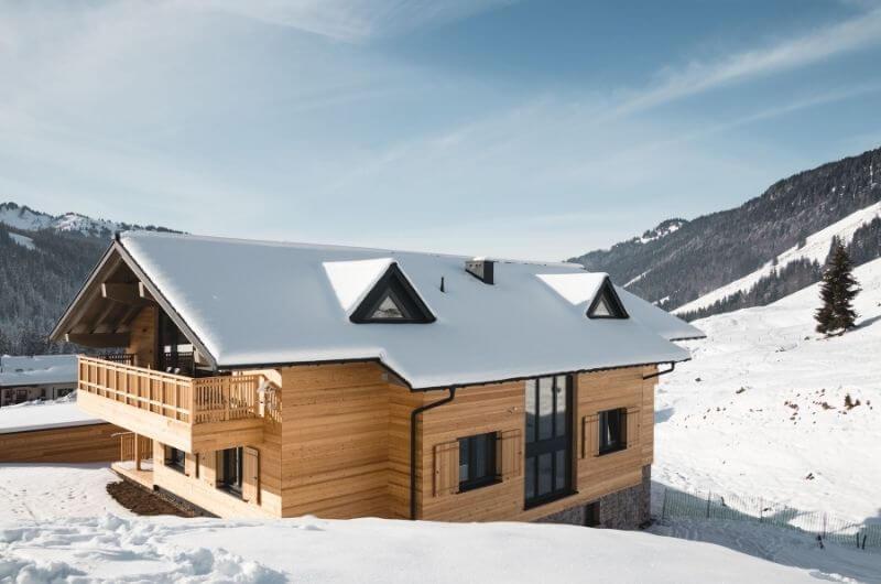 Chalet-BergInsel-Holzhaus-im-Schnee-Allgäu-Winter-Skiurlaub-nachhaltiger-Urlaub-mit-Kind-Ferienwohnung-Eco-Holiday-Deutschland-Bayern-Balderschwang
