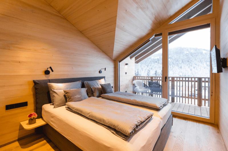 Schlafzimmer-aus-Weißtannenholz-Holz-Chalet-Berginsel-Gipfelstürmer-mit-Naturpool-Allgäu-Balderschwang-hörnerdörfer-ferienwohnung-luxus-familien-urlaub-mit-kindern-baby-nachhaltig