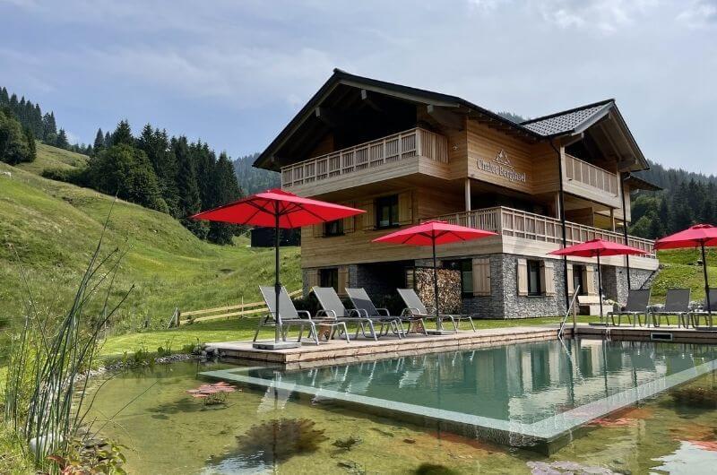 Schwimmteich-Naturpool-Biopool-Chalet-Allgäu-Bayern-Ferienhaus-Ferienwohnung-Urlaub-mit-Kind-nachhaltig-Holzhaus-Allgäuer-Alpen-Balderschwang-BergInsel