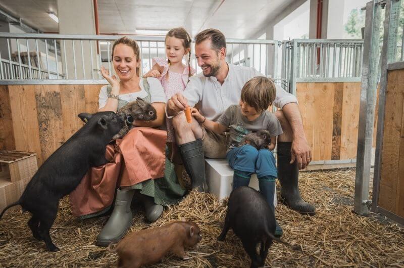 Familie-Seyrling-im-Stall-Sigis-Sauhaufen-Klosterbräu-Hotel-Spa-Urlaub-mit-Kind-Baby-Kleinkind-Familienfreundlich-Seefeld-Tirol-Österreich-Bauernhof-Hoftiere-Biohof-nachhaltig