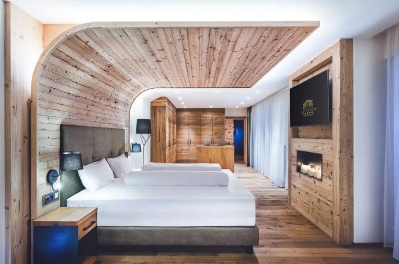 Wellness-Suite-Holz-Klosterbräu-Hotel-Spa-Familienhotel-Seefeld-familienfreundlich-kinderbetreuung-wellness-sauna-nachhaltig-urlaub-mit-baby-kindern-skiurlaub