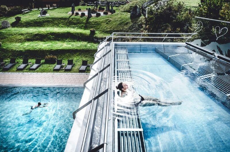 Rooftop-Pool-Schwimmbad-Klosterbräu-Hotel-Spa-Familienhotel-Seefeld-Urlaub-mit-Baby-Kleinkind-Familie-Tirol-Österreich-Wellness-Kinderbetreuung