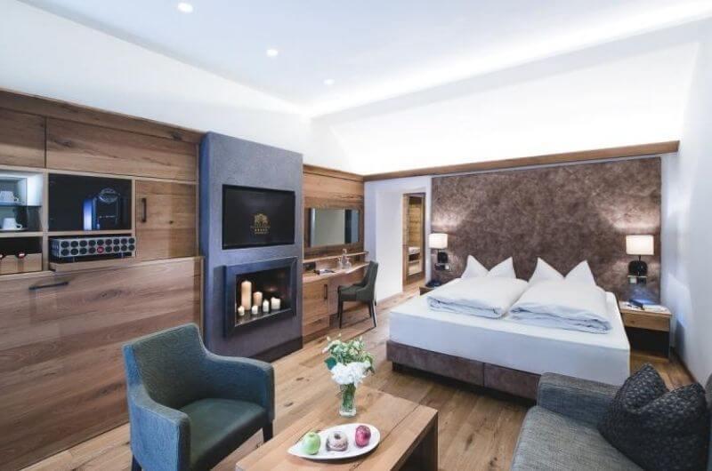 Badezimmer-Hotel-Klosterbräu-Spa-Suite-Premium-für-Familien-3-Personen-Wellness-Chaletstyle-Seefeld-Tirol-Österreich-Spa-Urlaub-mit-Kind-Baby