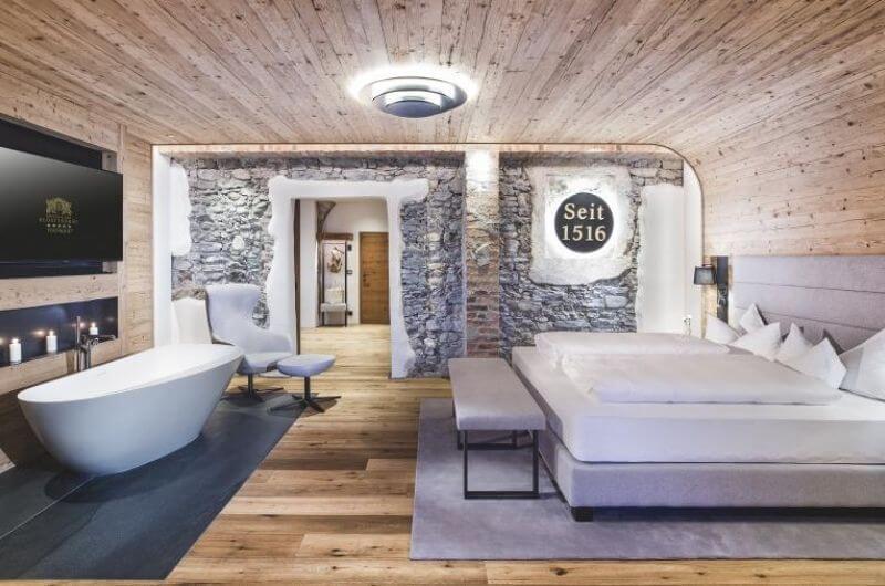 Freistehende-Badewanne-Badezimmer-Hotel-Klosterbräu-Spa-Wellnesssuite-für-Familien-4-Personen-Wellness-Privatsauna-Suite-Chaletstyle-Seefeld-Tirol-Österreich-Spa-Urlaub-