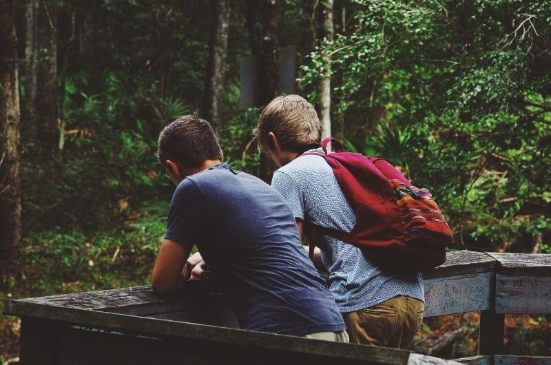 Freunde-mit-in-den-Familienurlaub-nehmen-ohne-Streit-Unsplash