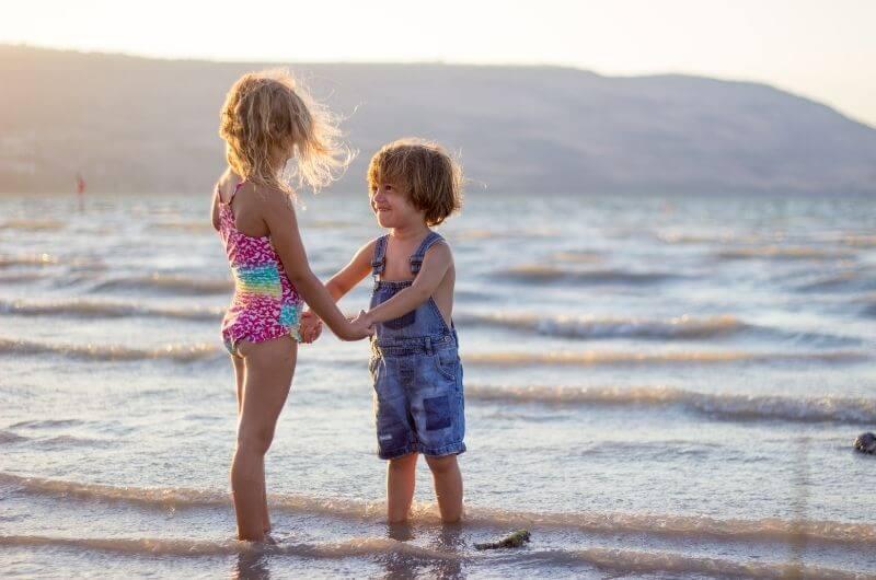 Geschwister-am-Strand-Familienurlaub-ohne-Streit-limor-zellermayer-COzpvQtcqMA-unsplash