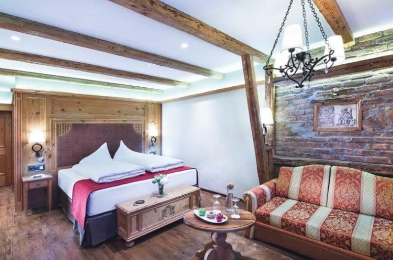 Hotel-Klosterbräu-Spa-Doppelzimmer-Premium-für-Familien-4-Personen-Wellness-Chaletstyle-Seefeld-Tirol-Österreich-Spa-Urlaub-mit-Kind-Baby