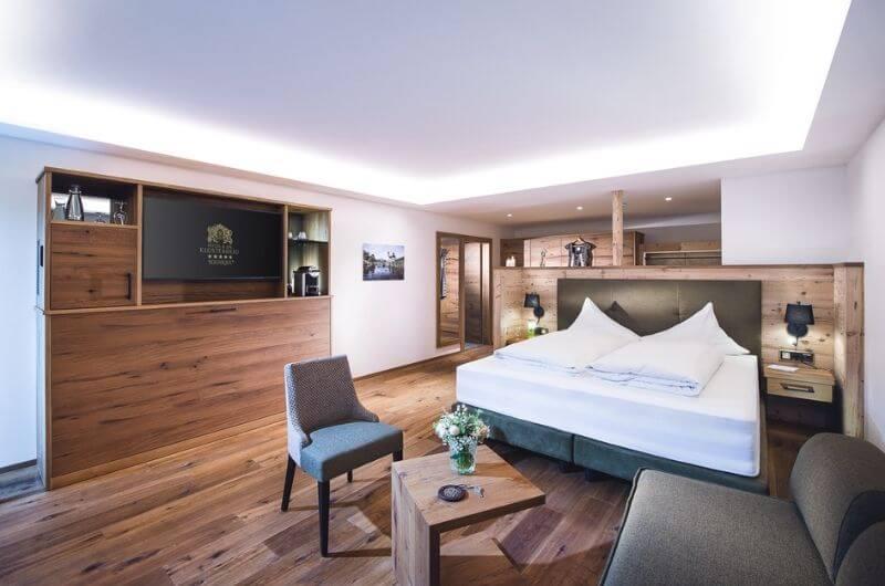 Hotel-Klosterbräu-Spa-Suite-Royal-für-Familien-3-Personen-Wellness-Chaletstyle-Seefeld-Tirol-Österreich-Spa-Urlaub-mit-Kind-Baby